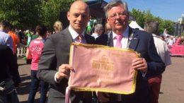 Wethouder Elfrink en burgemeester Kaiser bij de start van de Giro in Arnhem.