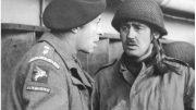 John Frost (rechts) praat tijdens de terugtocht van de Bruneval Raid aan boord van de HMS Prince Albert met luitenant kolonel Johnny Goschen. (Foto: Imperial War Museum.)